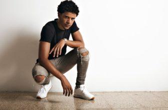 парень в рваных джинсах