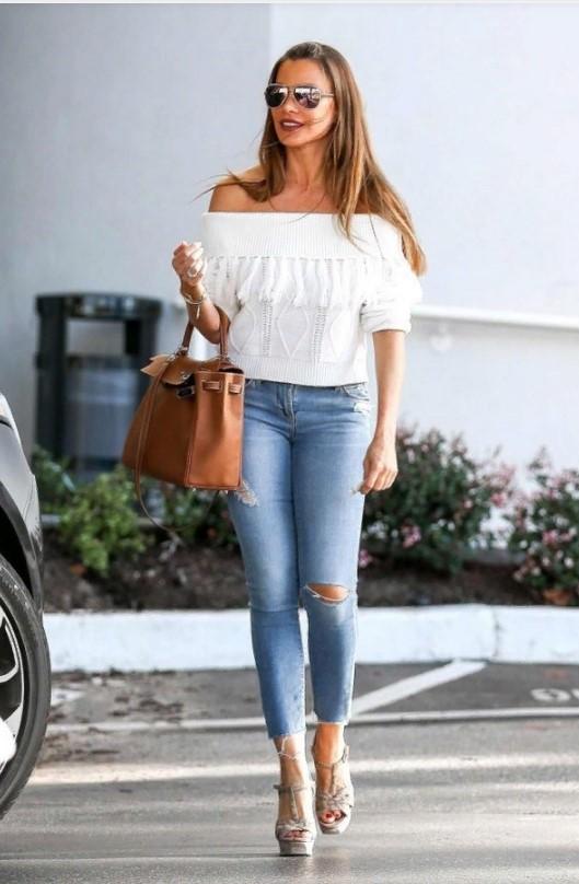 джинсы рваные с белой блузой