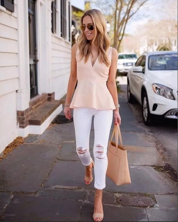 светлые джинсы с розовой блузкой