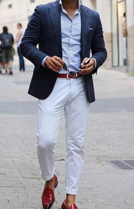 светлые джинсы с синим пиджаком