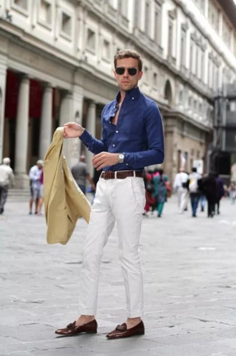светлые джинсы с синей рубашкой