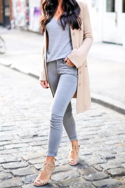 серые джинсы с кардиганом