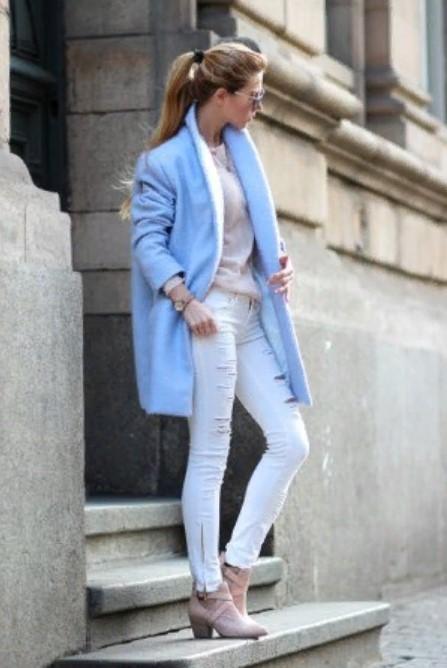 светлые джинсы с голубым пальто