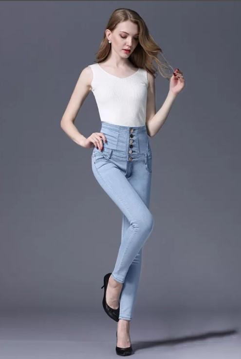 светлые джинсы с белой майкой