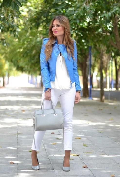 светлые джинсы с голубой курткой