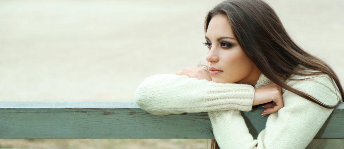 грустная девушка на скамейке