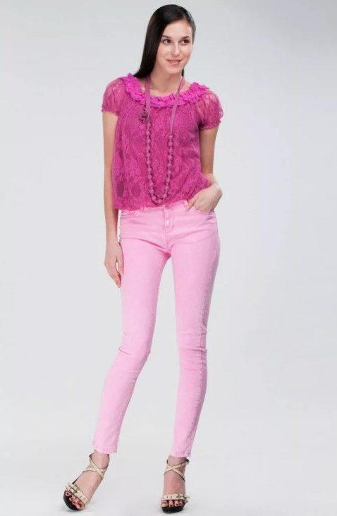 розовые джинсы с розовой блузкой