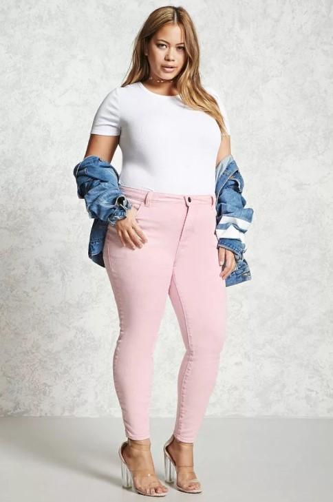 розовые джинсы для полных