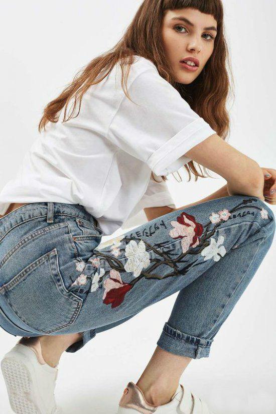 джинсы с вышивкой с футболкой