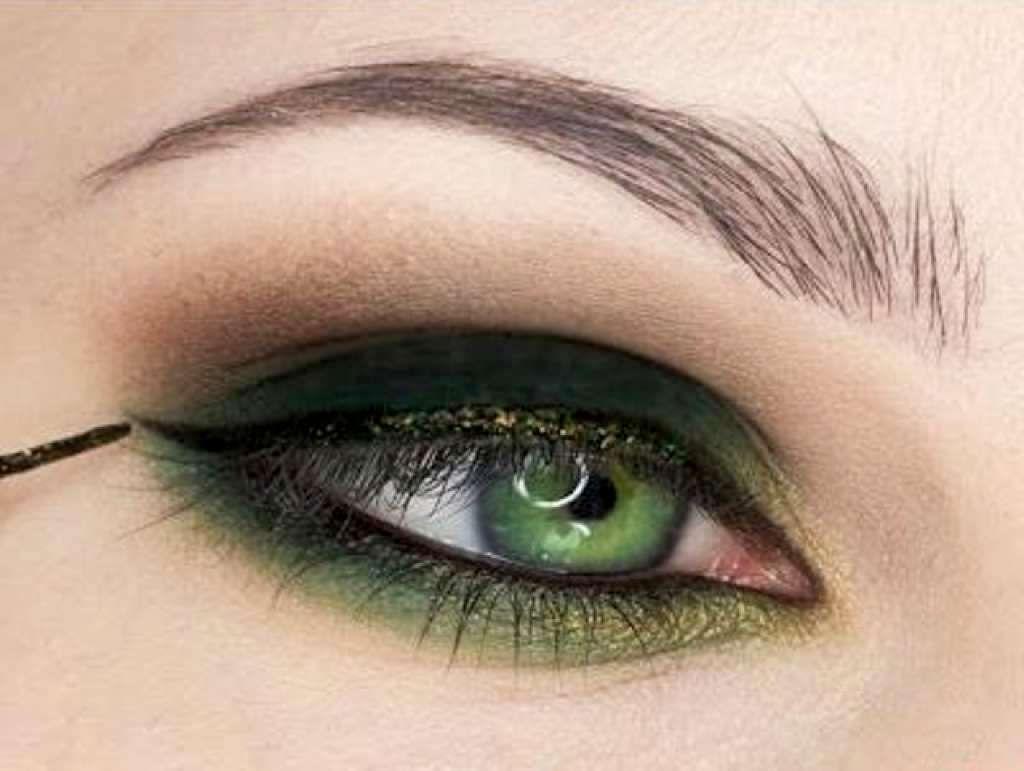 Макияж под бирюзовое платье для зелёных глаз