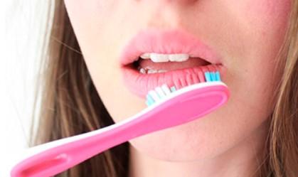 с зубной щеткой