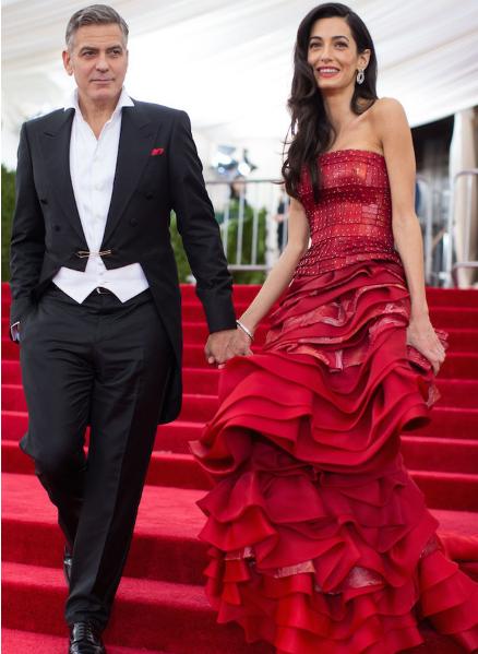 Амаль и Джорж Клуни в красном платье Maison Margiela