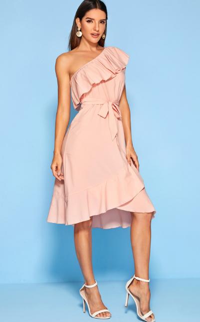 платье на одно плечо 2020