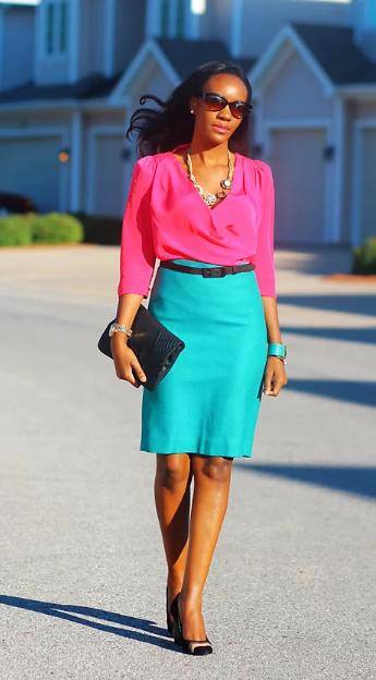 бирюзовая юбка и розовая блузка и черный клатч
