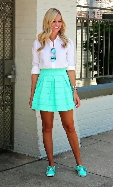 бирюзовая мини юбка с белой блузкой