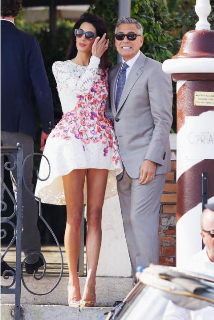 Амаль Клуни в коротком платье
