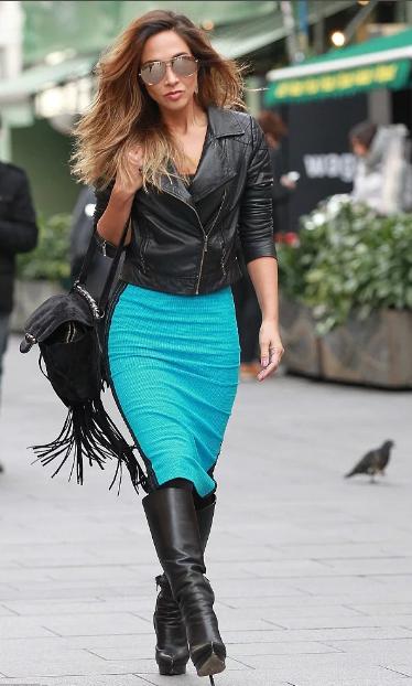 бирюзовая юбка и черная куртка и сапоги