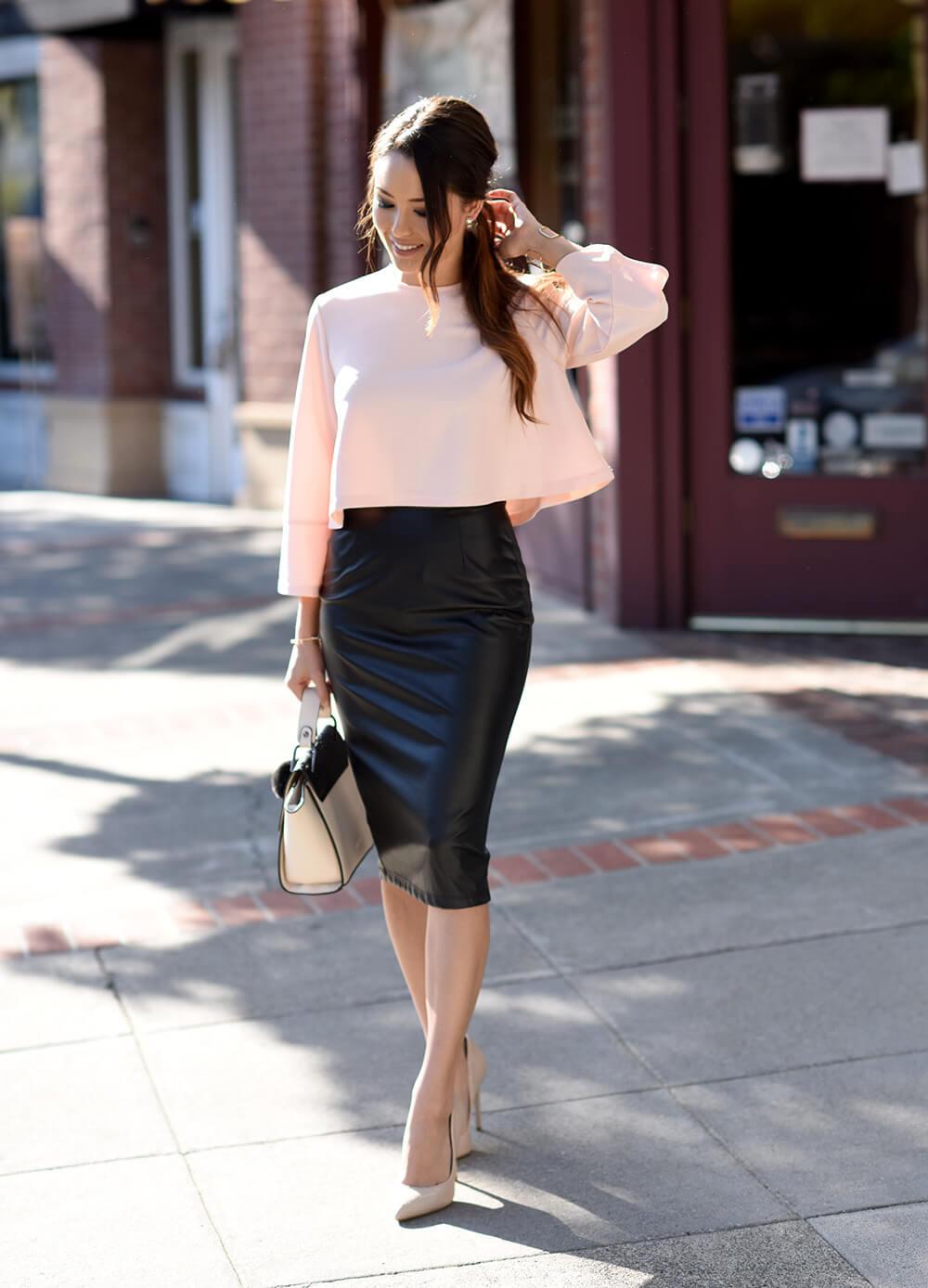 С чем носить черную кожаную юбку?