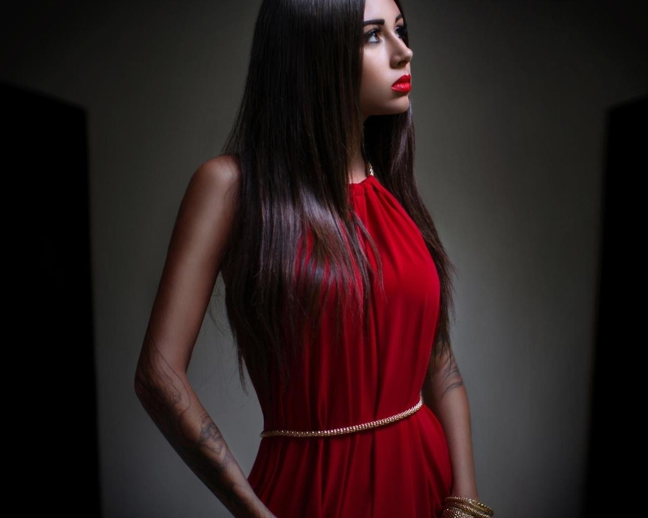 Макияж под красное платье для брюнеток