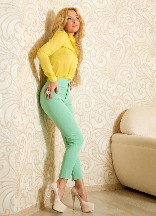 Зеленые брюки плюс желтая блузка фото