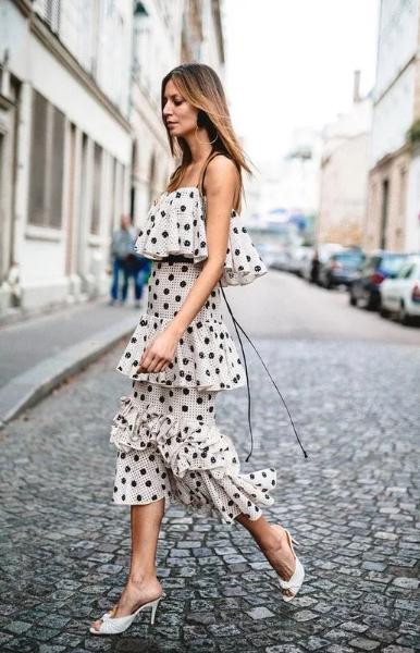 платье белое в горошек в рюши