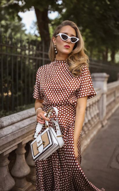 платье коричневое в горошек