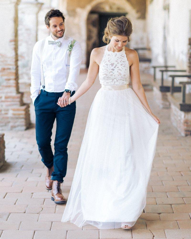 Как выбрать свадебное платье под наряд жениха
