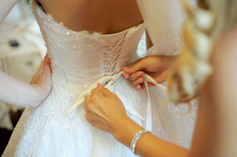 Примерка свадебного платья картинка