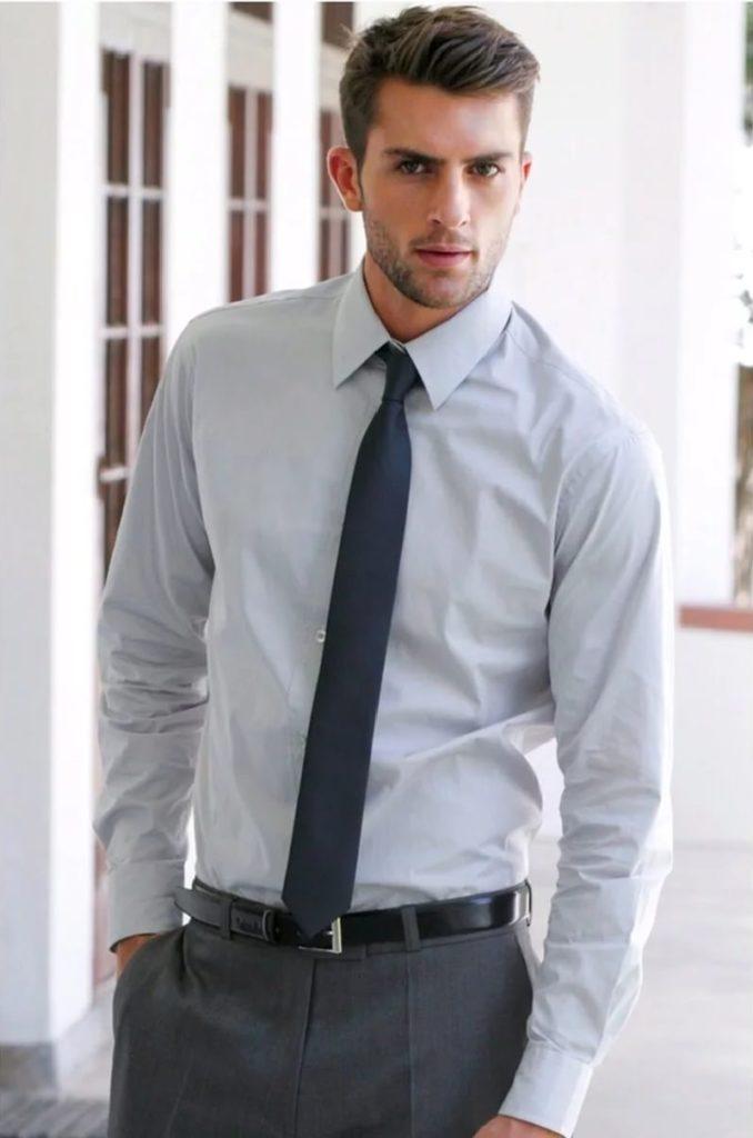 Серая рубашка с галстуком.