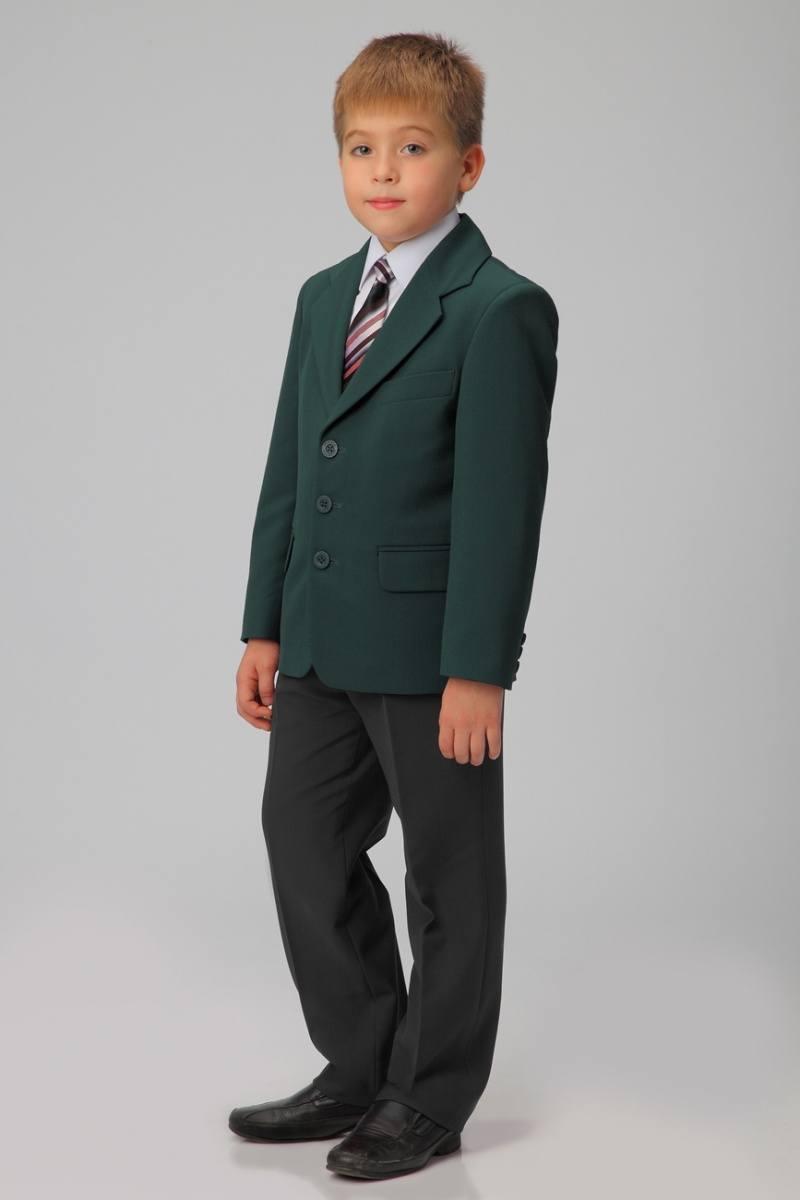 Мальчик в тёмно-зелёном пиджаке.