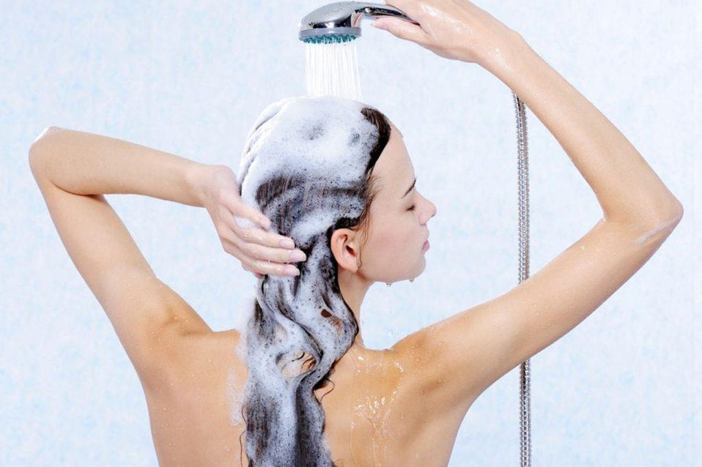 Мытьё волос с откинутой головой.