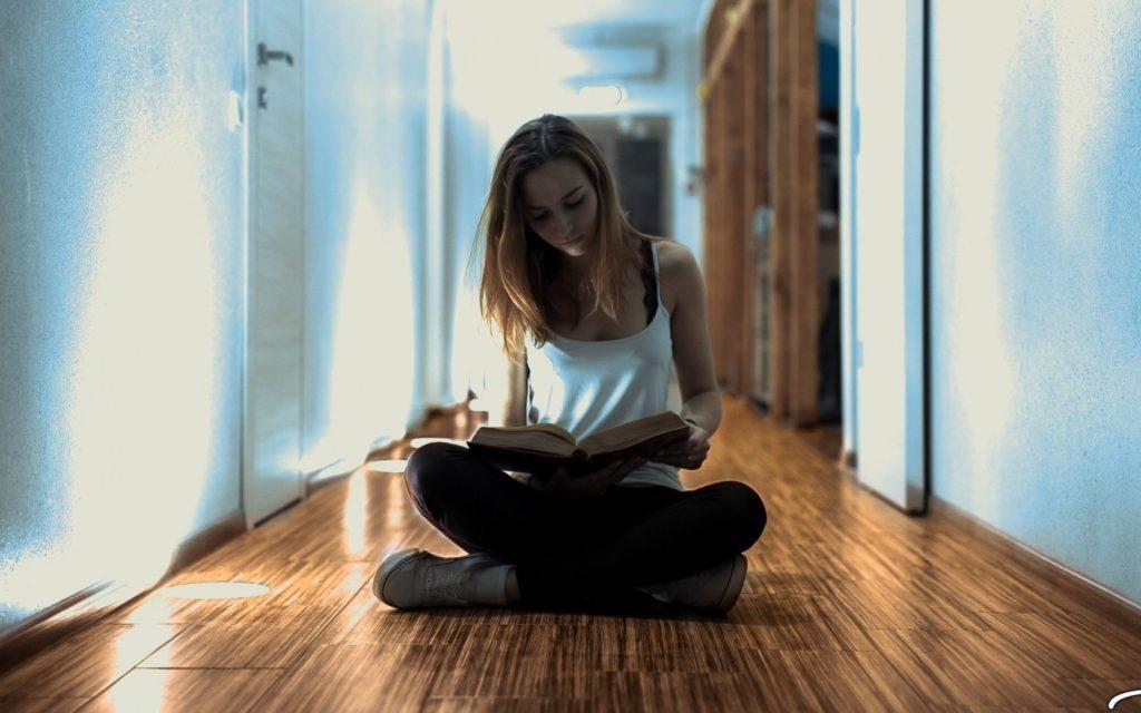 Девушка читает книгу.