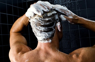 моет голову