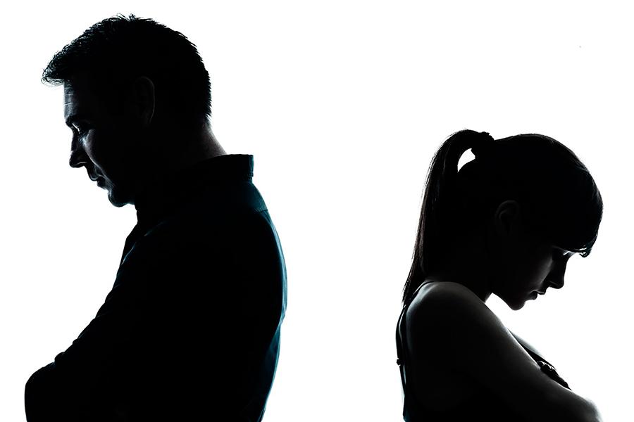 Мужчина и женщина спиной друг к другу.