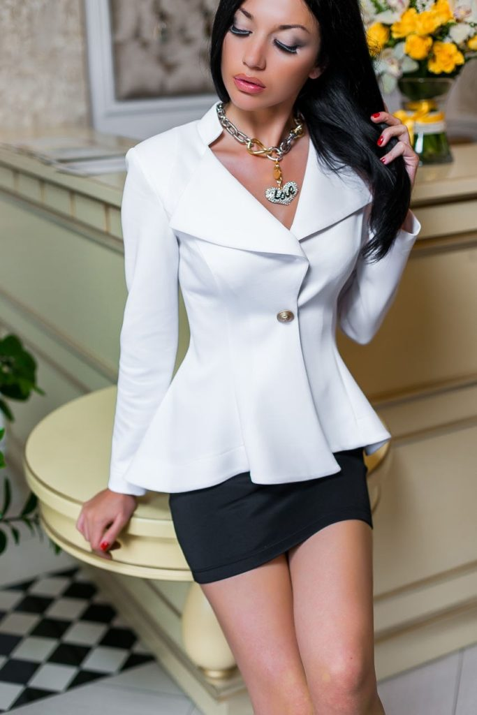 Белый пиджак с чёрной юбкой.