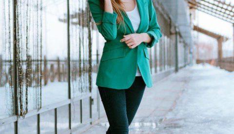 Зелёный пиджак с чёрными брюками.