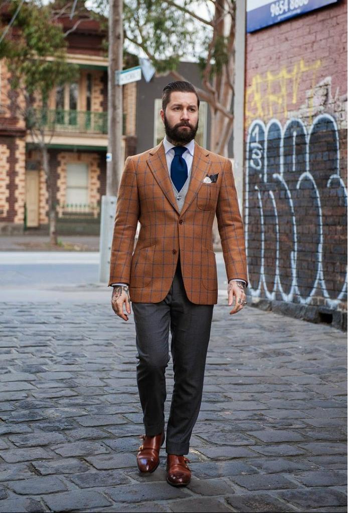 Оранжевый пиджак.