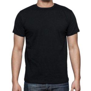 в черной футболке