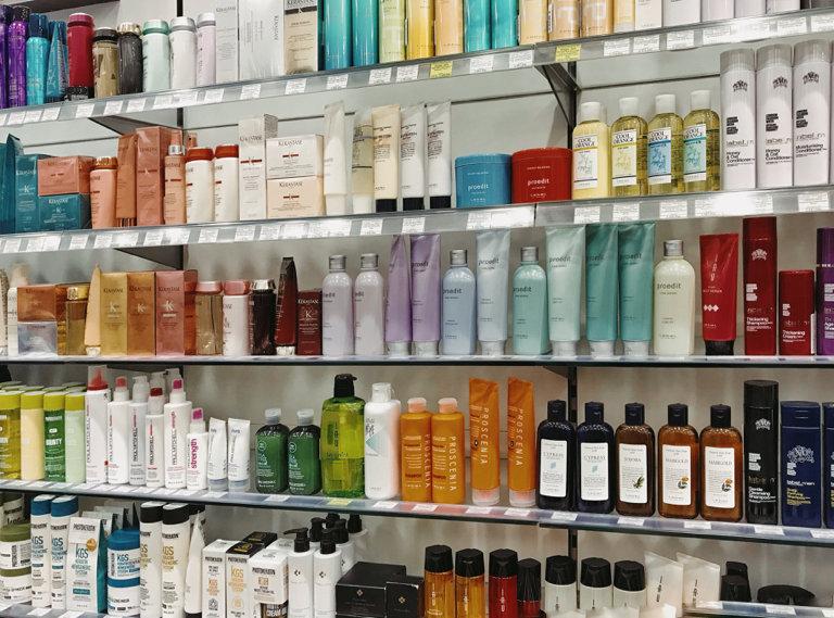 Много шампуней.