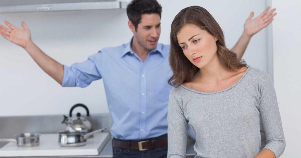 Муж с женой ругаются.