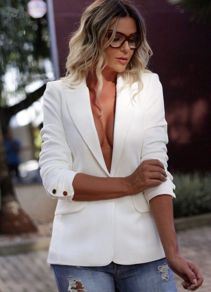Элегантный белый пиджак.