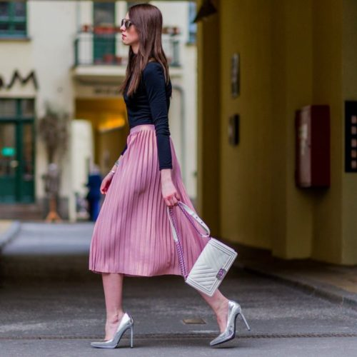 С чем носить юбку плиссе розового цвета