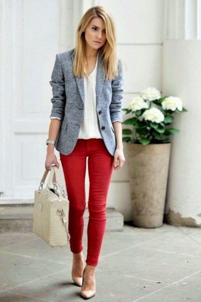 Серый пиджак с красными брюками.
