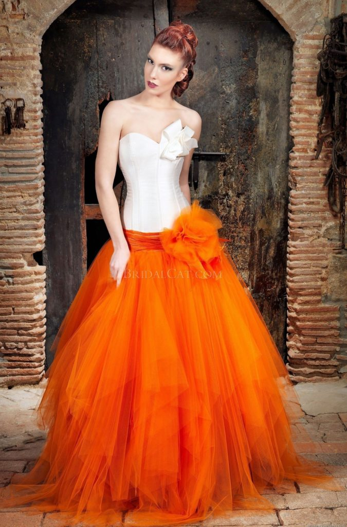 Оранжевый цвет в свадебном платье.