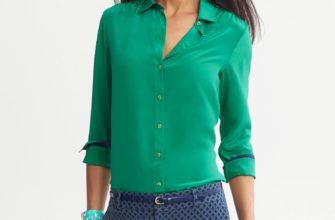 Зелёная блузка рубашечного типа.