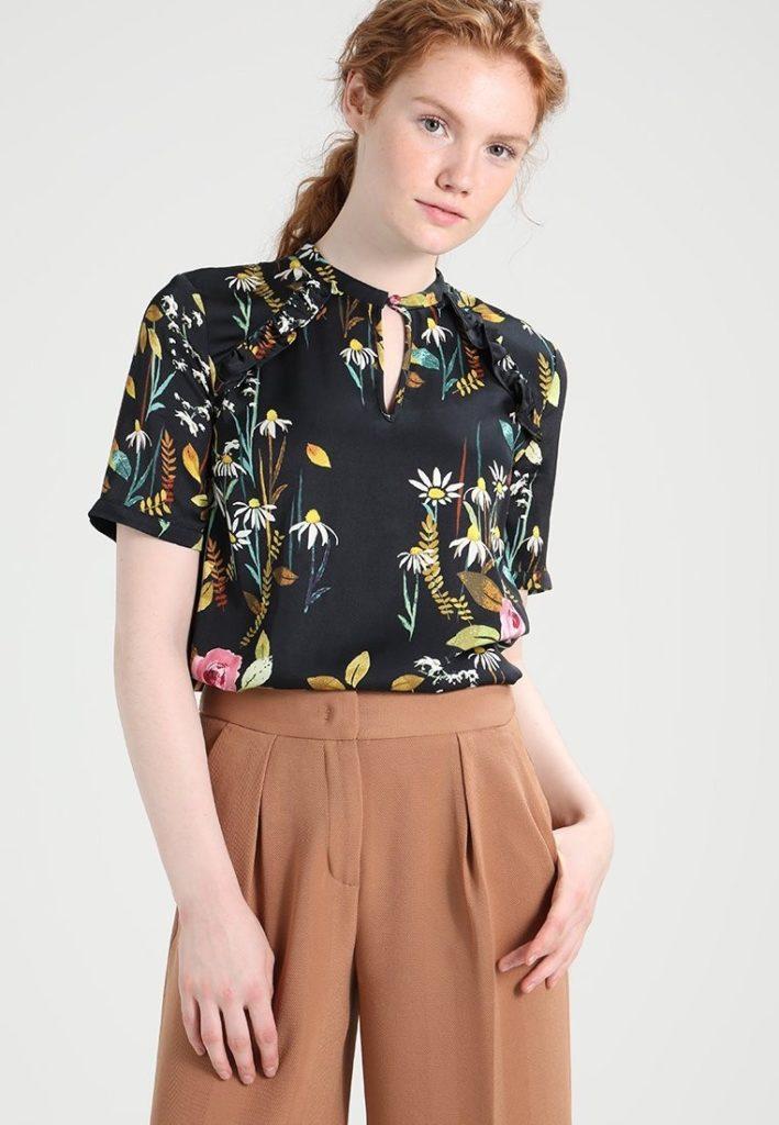 Блузка с короткими рукавами.