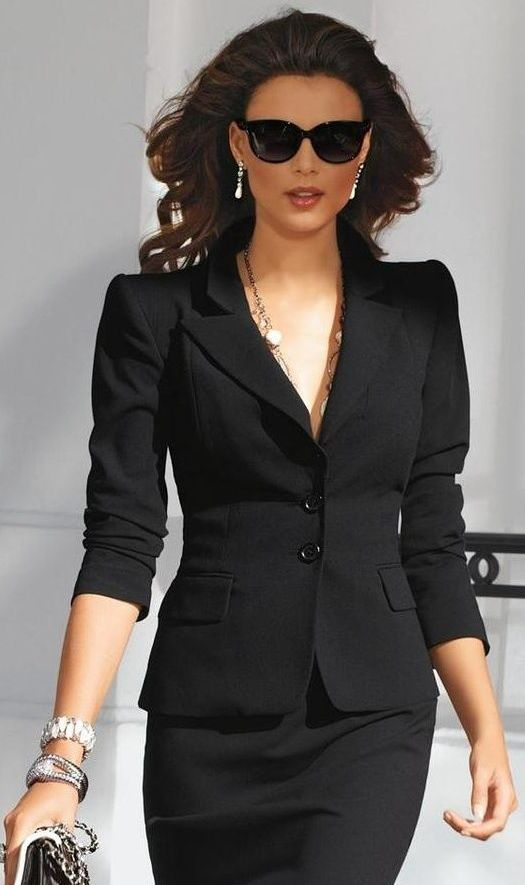 Приталенный чёрный пиджак.