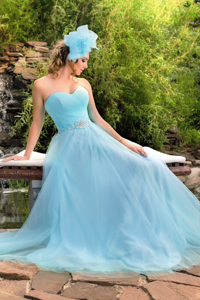 Голубое свадебное платье.