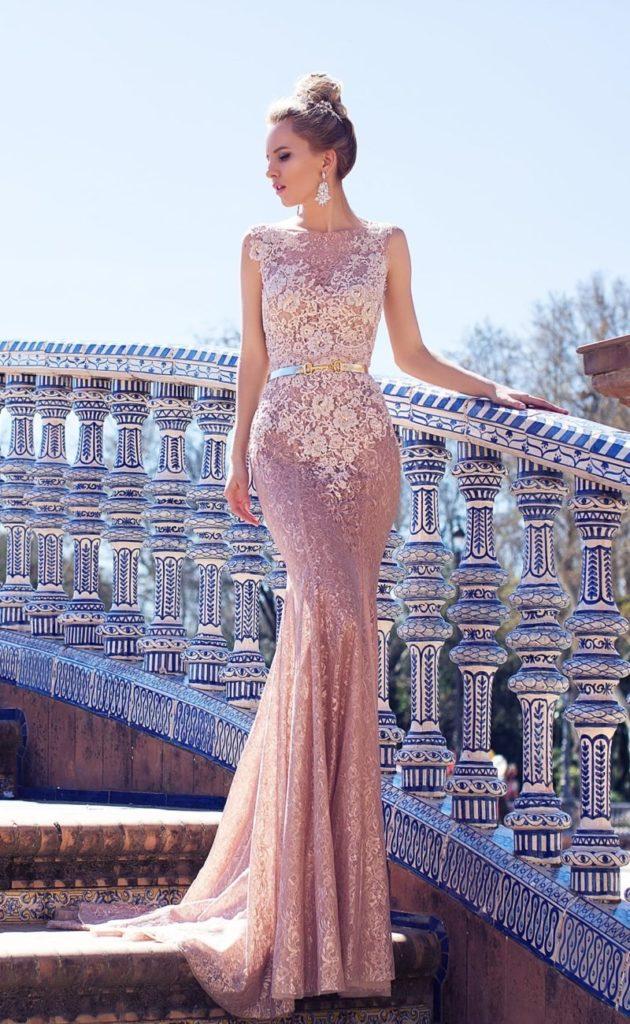 Облегающее свадебное платье розовое.