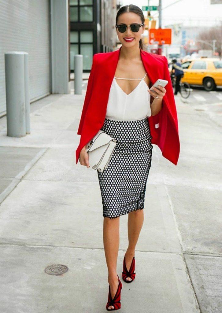 Красный пиджак с юбкой.